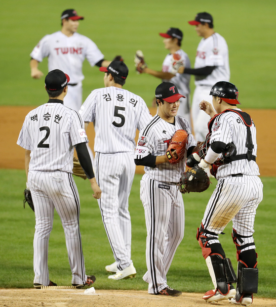 LG Twins players celebrate after picking up a big 8-0 win against the Hanwha Eagles at Jamsil Baseball Stadium in southern Seoul on Friday. [NEWS1]