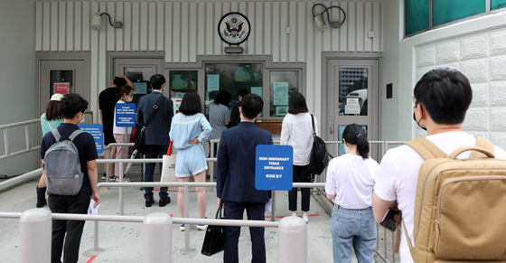 People line up at the U.S. Embassy in central Seoul Monday, the first day non-immigrant visa services for students and exchange program participants were resumed after four months. The United States Embassy in Seoul announced last Thursday it would resume issuing F, M and J non-immigrant visas starting this week, warning of a substantial backlog. [NEWS1]
