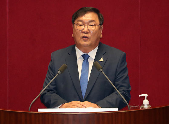 Floor leader of the ruling Democratic Party Kim Tae-nyeon speaks at the National Assembly on Monday. [NEWS1]
