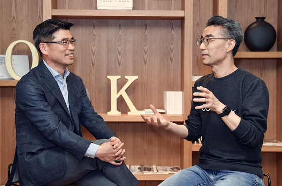 Kia Motors' President and CEO Song Ho-sung, left, talks with CODE42.ai's founder and CEO Song Chang. [KIA MOTORS]