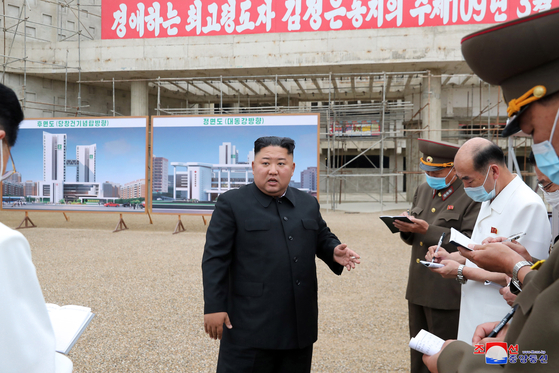 North Korean leader Kim Jong-un criticizes officials during a guidance visit to the construction site of the Pyongyang General Hospital. [YONHAP]