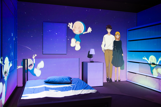 A short video of Yumi's story is played inside Yumi's room using a projection mapping technique. [MEDIA & ART]