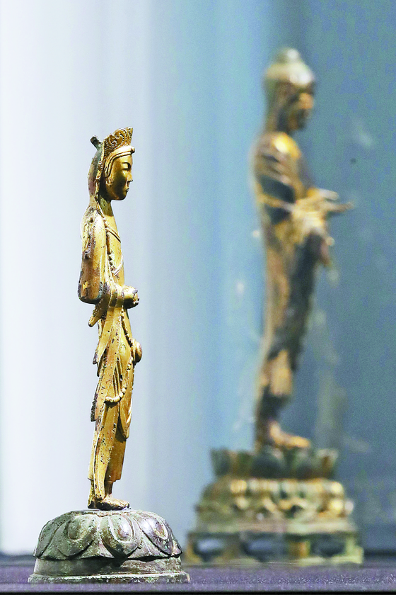 Kansong Art and Culture Foundation's collections - the Gilt-bronze Standing Budda (Treasure No. 284) of the Unified Silla period, right, and Gilt-bronze Standing Bodhisattva (Treasure No. 285) of the Three Kingdoms period (57 B.C.-A.D. 668), left, - were up for auction as the final items on May 27 at K Auction in southern Seoul. [YONHAP]