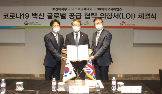 From left, AstraZeneca's Country President Juno Kim, Minister for Health and Welfare Park Neung-hoo and SK Bioscience CEO Ahn Jae-yong pose after signing a letter of intention at SK Bioscience headquarters in Bundang, Gyeonggi, on Tuesday. [ASTRAZENECA KOREA]