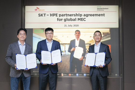 Representatives from SK Telecom and Hewlett-Packard Enterprise pose after signing an agreement to collaborate on mobile edge computing on Tuesday at the headquarters of SK Telecom in central Seoul. [SK TELECOM]