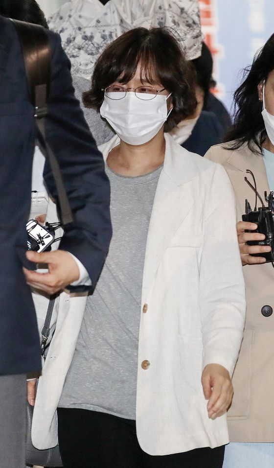 Lim Soon-young, the gender rights adviser to the late Seoul Mayor Park Won-soon, leaves the Seongbuk Police Precinct in central Seoul on Tuesday morning after answering questions about Park's suicide. [NEWS1]