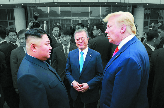 Through the mediation of President Moon Jae-in, U.S. President Donald Trump and North Korean leader Kim Jong-un met in Panmunjom on July 1, 2019. But their denuclearization talks failed to move forward due to the deep-rooted distrust between Washington and Pyongyang. [YONHAP]