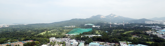 A golf practice range in a greenbelt zone in Nowon District, northern Seoul on Monday. While President Moon Jae-in put the controversy over lifting greenbelt restrictions to rest, there have been reports that the government was looking into areas owned by the military such as the golf practice range in securing lands for development. [YONHAP]
