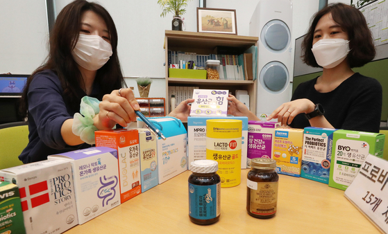 Members of the Korea Consumer Agency introduce the 15 probiotics that ranked highly in consumers' preferences based on health benefits at the Government Complex in Sejong City on Wednesday morning. The agency found that almost all of the discussed products satisfied the probiotic content requirement, but some of them had a disproportionate concentration of certain bacterial species. [YONHAP]