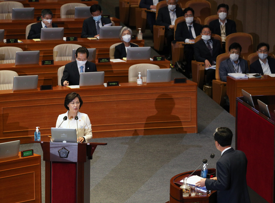 Justice MInister Choo Mi-ae, left, answers questions from the main opposition United Future Party Rep. Kim Tae-heum at the National Assembly on Wednesday. [NEWS1]