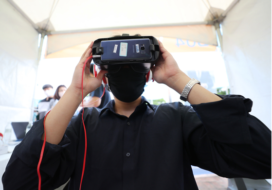 A virtual reality job interview is conducted during a job fair held at Nowon District, northern Seoul, on July 15. [YONHAP]