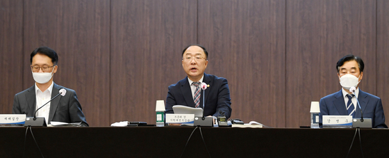 Finance Minister Hong Nam-ki announces the government's tax reform at the Korea Federation of Bank in Myeong-dong, Seoul, on Wednesday. [YONHAP]