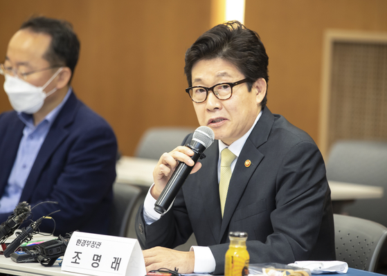Environment Minister Cho Myung-rae addresses the recent controversy over bugs in tap water in a press conference Wednesday at the Yonsei Severance Foundation building in central Seoul. [YONHAP]