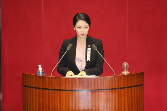 Rep. Bae Hyun-jin of the United Future Party explains the intent of the impeachment motion to the lawmakers before the voting on Thursday.  [YONHAP]