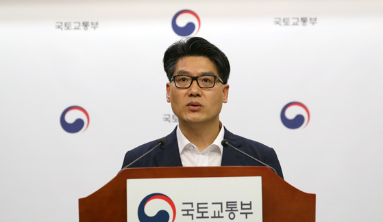Kim Sang-do, deputy minister for aviation policy, speaks about Jeju Air's cancellation of a deal to acquire Eastar Jet at a briefing at the Government Complex in Sejong on Thursday. [NEWS1]