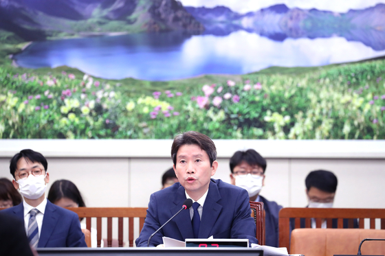 Rep. Lee In-young, the nominee for Minister of Unification, center, speaks during his confirmation at the National Assembly on Thursday. [YONHAP]
