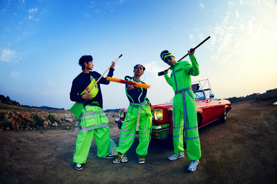 "SSAK3 members pose wearing neon-colored outfits while shooting their ""Beach Again"" music video. [MBC]"