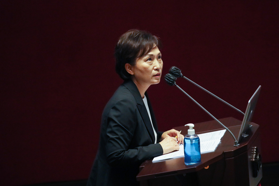 Land Minister Kim Hyun-mee answers questions from lawmakers during a cabinet member questioning session on economic issues at the National Assembly in Yeouido, western Seoul, on Thursday. [YONHAP]