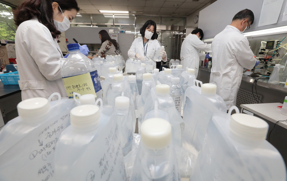 Researchers inspect tap water samples at the Seoul Water Institute in Gwangjin District, eastern Seoul, Wednesday, amid reports of larva-like organisms in tap water in the capital. [NEWS1]