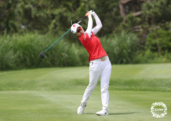 Kim Hyo-joo watches her shot during the final round of the 10th Lotte Cantata Ladies Open at Skyhill Jeju Country Club in Jeju Island on June 7. [KLPGA]