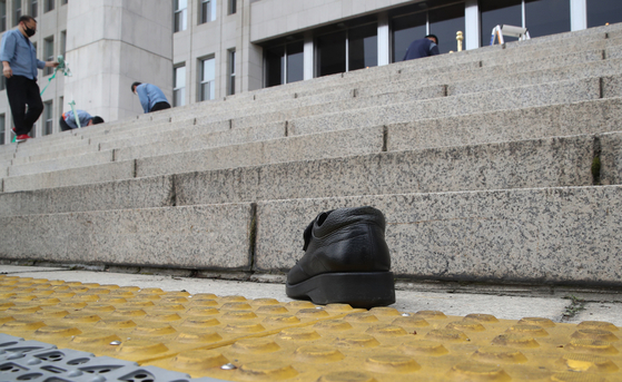 A shoe thrown by a man in his 50s toward President Moon Jae-in when he was on his way back to the Blue House after finishing a speech in the opening session of the new 21st National Assembly last Thursday. [LIM HYUN-DONG]