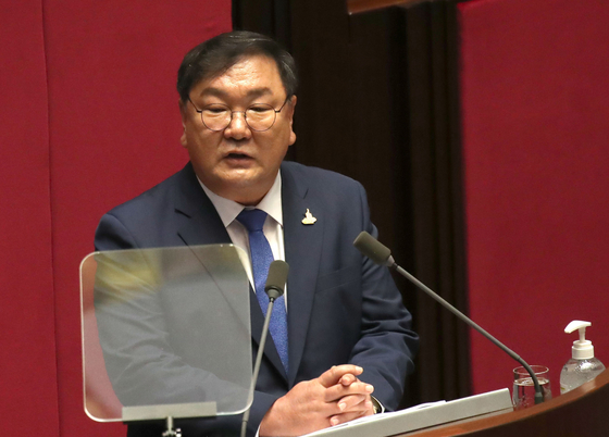 Ruling Democratic Party floor leader Kim Tae-nyeon mentions the need to relocate the Blue House and National Assembly in Seoul to the Sejong Administrative City to help control soaring real estate prices in the capital. [OH JONG-TAEK]