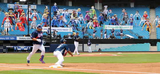 Instead of actual fans, balloon figures fill the seats at this game between the NC Dinos and Samsung Lions on May 31. Korean professional baseball games will allow a limited number of fans to watch games in person starting Sunday. [YONHAP]