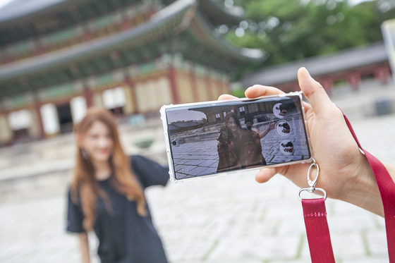 SK Telecom's Changdeok ARirang app allows visitors to take augmented reality (AR) photos with 3-D figures in the palace. [SK TELECOM]