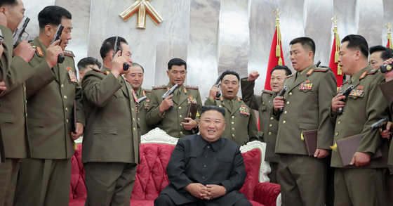 North Korean leader Kim Jong-un, center, poses with the North Korean army's commanding officers during a ceremony at the headquarters of the Party Central Committee in Pyongyang on Sunday, to confer Mount Paektu commemorative pistols on them, in this photo released by the Korean Central News Agency. [YONHAP]
