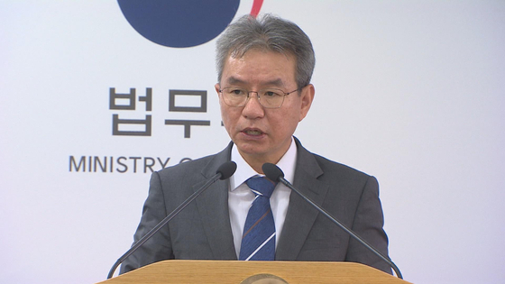Chairman Kim Nam-jun of the Judicial Affairs and Prosecutorial Reform Committee of the Justice Ministry announces proposals to weaken the prosecutor general's powers on Monday.  [YONHAP]