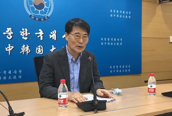 South Korean Ambassador to China Jang Ha-sung speaks to reporters in Beijing Monday on the resumption of Chinese visas for Korean students and workers. [YONHAP]