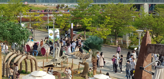 A dinosaur-themed park at Lotte Premium Outlet in Paju, Gyeonggi. Retailers are rolling out experiential events as vacationers are struggling to find a vacation spot due to travel restrictions. [LOTTE SHOPPING]