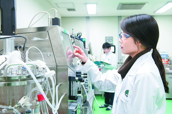 A researcher is working in the lab of the pharmaceutical company Yuhan. [YUHAN]