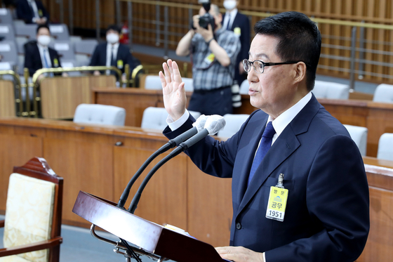 Park Jie-won, nominated to be the next chief of the National Intelligence Service, takes his oath during the nomination hearing at the National Assembly on Monday. [YONHAP]