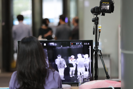 A thermal imaging camera at Seoul City Hall in Jung District, central Seoul, checks visitors' temperatures Monday. The building's 11th floor was shut down that day after a recent visitor came down with the coronavirus. [NEWS1]