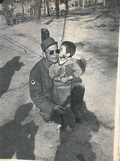 Photo of Kim Eun-ja with Suleyman Dilbirligi, the Turkish soldier who took her into his care after finding her alone among the remains of a North Korean village that he said had been pillaged. The photo was taken by a Turkish soldier at the time, and remained in Dilbirligi's possession until their reunion in 2010. The photo was provided to the paper by Kim. [KIM EUN-JA]