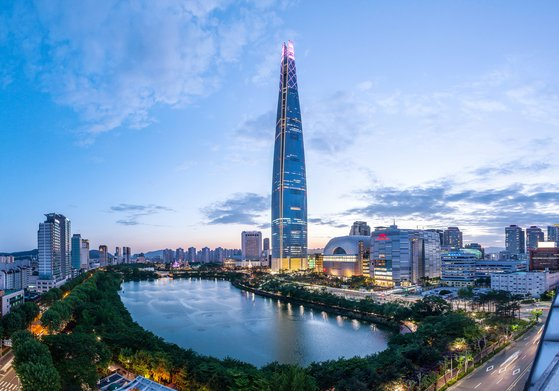 Lotte World Tower in Songpa District, southern Seoul, is planning an event offering visitors the opportunity to experience camping in the tower starting August. [LOTTE PROPERTY & DEVELOPMENT]