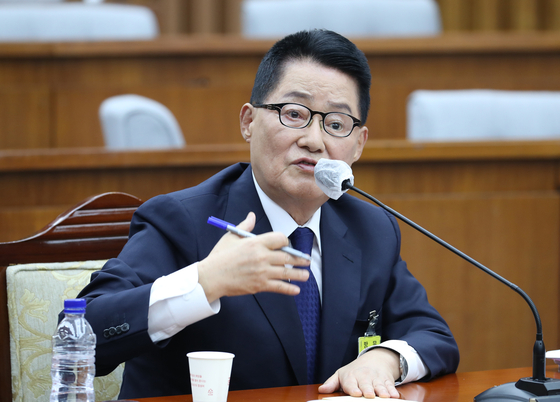 Park Jie-won, President Moon Jae-in's nominee to head the National Intelligence Service, answers questions from lawmakers during a confirmation hearing on Monday at the National Assembly.  [YONHAP]