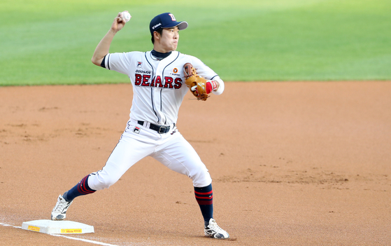 Doosan Bears' infielder Heo Kyoung-min throws a baseball during a game against the Lotte Giants on May 29. [NEWS1]