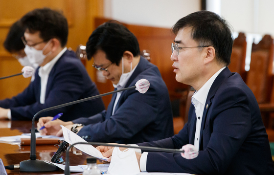 Financial Services Commission Vice Chairman Sohn Byung-doo, far right, during a meeting held Tuesday in central Seoul. [YONHAP]