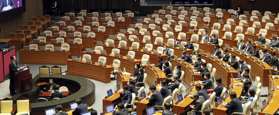 Lawmakers from the ruling Democratic Party are seated in the main chamber of the National Assembly on Monday while opposition United Future Party boycotts the session. [LIM HYUN-DONG]