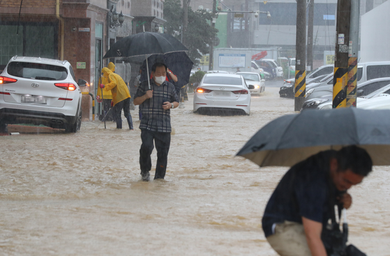 A residential area in Gwangju is flooded on Wednesday amid heavy rain in the city and surrounding areas. [YONHAP]