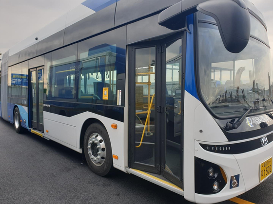 Korea Electric Power Corporation (Kepco) announced Wednesday that it signed a partnership agreement with Jeonju City Facilities Management Corporation to expand its battery infrastructure for electric buses nationwide. Under the agreement, the Jeonju City Facilities Management Corporation will provide 15 electric buses and Kepco will build and manage 13 100-kilowatt rapid electronic bus chargers. [YONHAP]