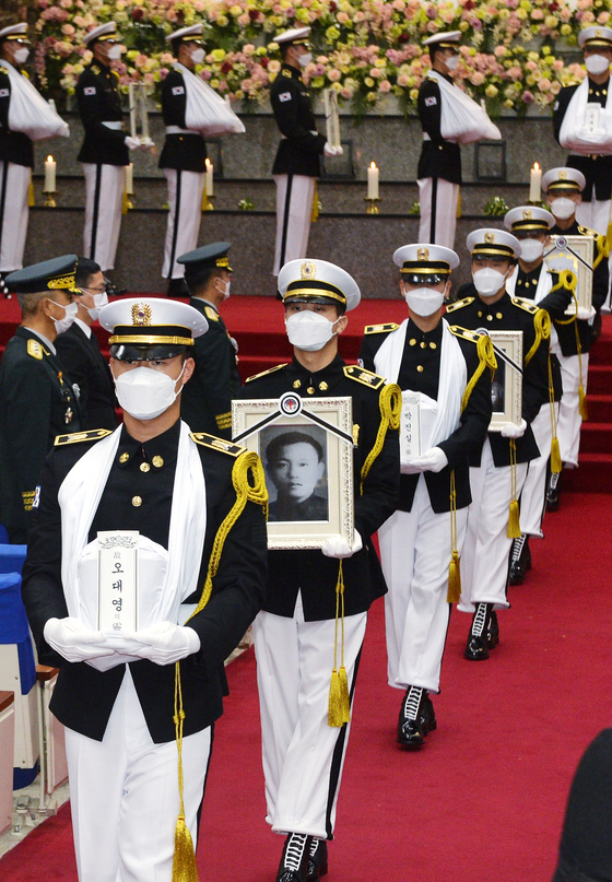 A burial ceremony is underway at Daejeon National Cemetery on Wednesday for seven soldiers killed in North Korea during the 1950-53 Korean War. They are among 147 South Korean warriors whose remains returned home from the North via Hawaii last month, 70 years after the outbreak of the conflict.  [KIM SEONG-TAE]