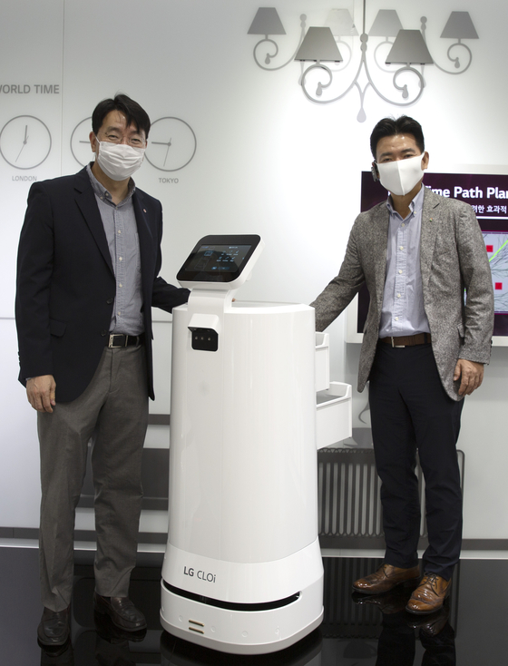GS Retail Vice President Kim Seong-gi, right, and LG Electronics Vice President Jung Weon-jin at LG Science Park in Magok-dong, western Seoul. The two companies agreed to test a delivery robot service. [GS RETAIL]