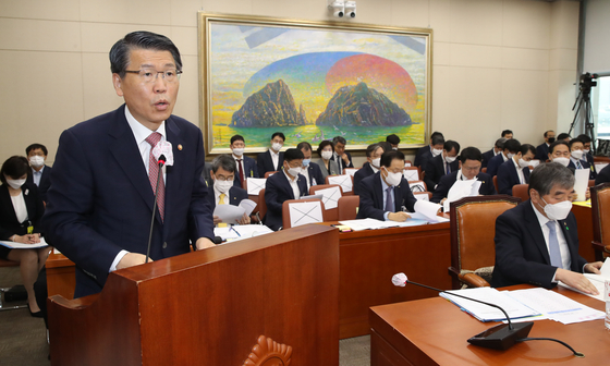 Chairman Eun Sung-soo of the Financial Services Commission speaks at a meeting held at the National Assembly in western Seoul, Wednesday. [YONHAP]