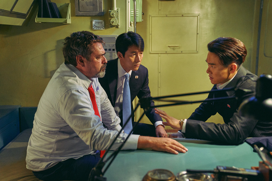From left, the U.S. president (played by Angus Macfadyen), South Korean president (played by Jung Woo-sung) and North Korean leader (played by Yoo Yeon-seok) have the chance to openly talk about their different viewpoints, while trapped in a cabin of a nuclear submarine. [LOTTE ENTERTAINMENT]