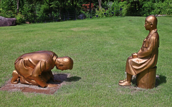 "A pair of bronze statues, 'A Heartfelt Apology,"" is seen at the Korea Botanic Garden in Pyeongchang, Gangwon. [YONHAP]"