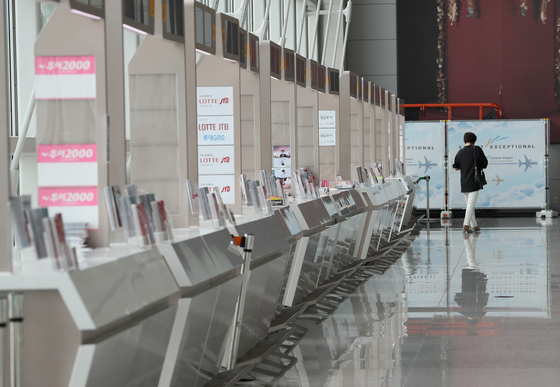 Travel agency booths at Incheon International Airport Terminal 1 are almost empty on July 20. [YONHAP]