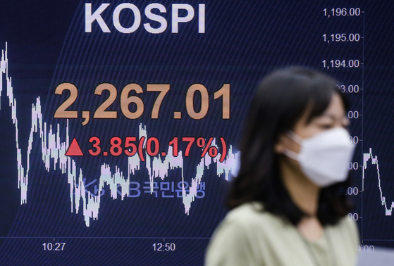 The final Kospi close is displayed on a screen in a dealing room at KB Kookmin bank in the financial district of Yeouido, western Seoul, on Thursday. [YONHAP]